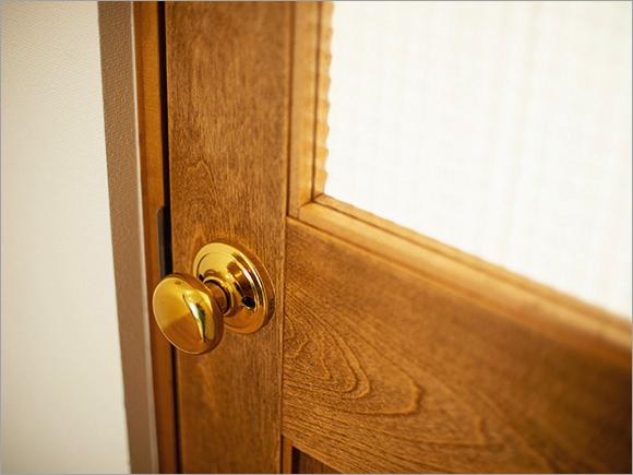 DIYでダークウッド調に塗り替えた無垢材のドアがインテリアイメージの決め手に