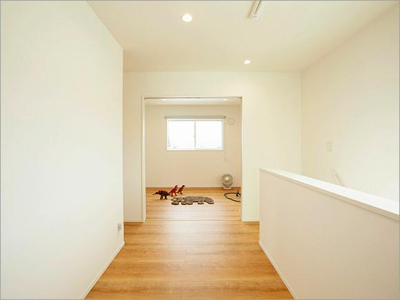 子ども部屋は階段横のフリースペースとひと続きになっています