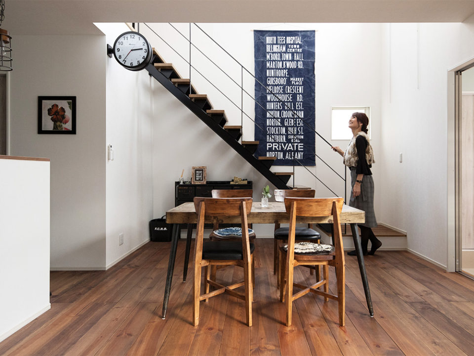 ヴィンテージ調のダイニングテーブルが印象的。見た目の格好良さに惹かれてオプションで追加したスチール階段が見事に調和しています