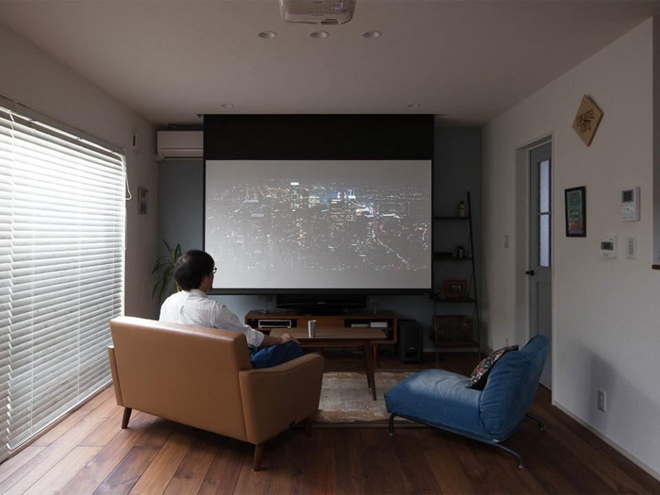 リビングに電動スクリーン天吊り型ホームシアターセットを設置