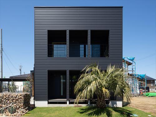 カリフォルニアを意識したよろい調の外壁は、高い質感と耐久性を兼ね備え、ライフサイクルコストも抑えられます
