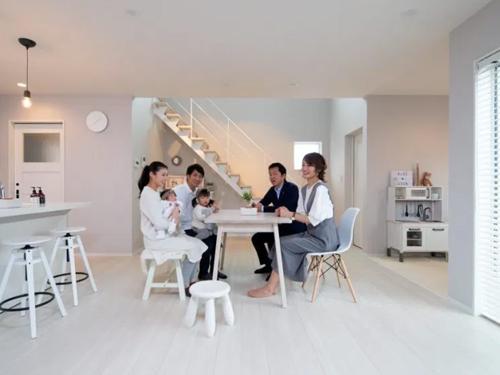 右手にはリビングと隣接し、キッチンから見渡せるキッズスペースがあります。家具やおもちゃはインテリアを邪魔しないものを厳選されたそうです