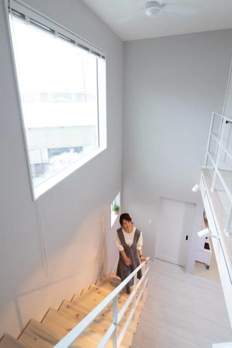 吹き抜けの開放感をより感じられる、大きなFIX窓。1階と2階に、たっぷりの日差しが降り注ぎます