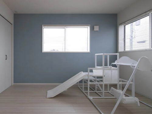 内装にぴったり合ったシンプルな白いジャングルジム。玩具選びも色にこだわって