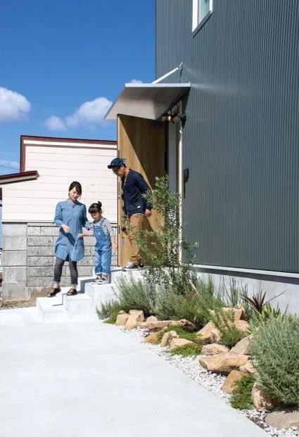ドラセナをメインにしたサウスアメリカン風の前庭。ガルバリウムの外壁とのマッチングが男前です