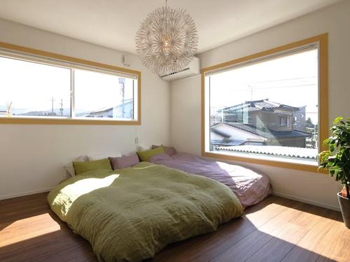 寝室の照明もご主人のセレクト。明るい日差しの入る寝室は、爽やかな気分で朝を迎えることができるそうです。 寝室の窓のモールディングを幅広いナチュラルウッドにして、白いクロスとのコントラストを楽しんでいます