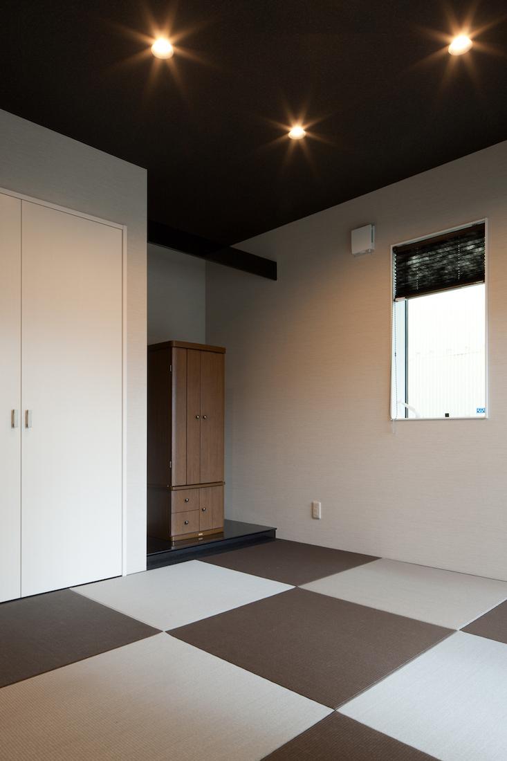 ライトグレーと黒の2色使いの畳、黒の天井がモダンな和室