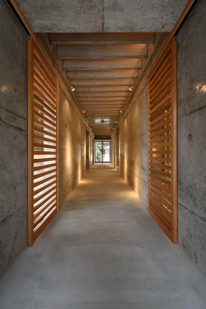 本殿へ通じる参道は、ギャラリー回廊となっています