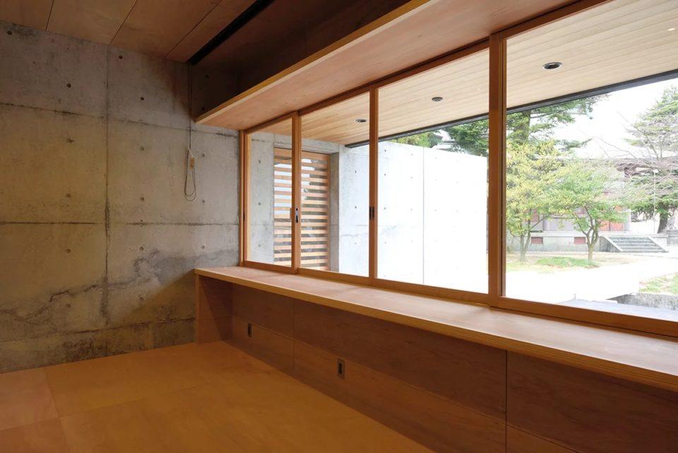 窓を大きく作り、広く見やすく使いやすい社務所