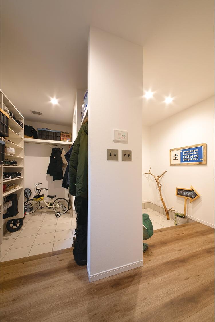 家族用の動線と収納を備えた「ファミリー玄関」