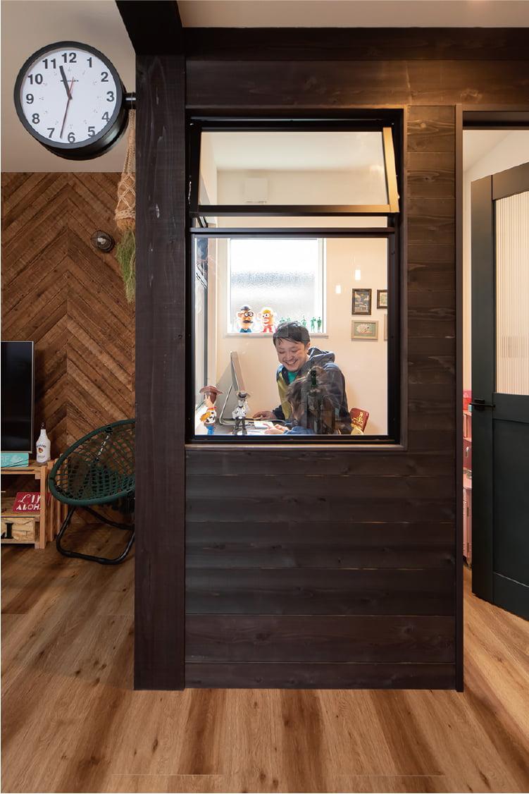 壁の代わりに窓で仕切る、リクシルの「デコマド 」。個室でありながら、広さや明るさ、家族の気配を感じることができます