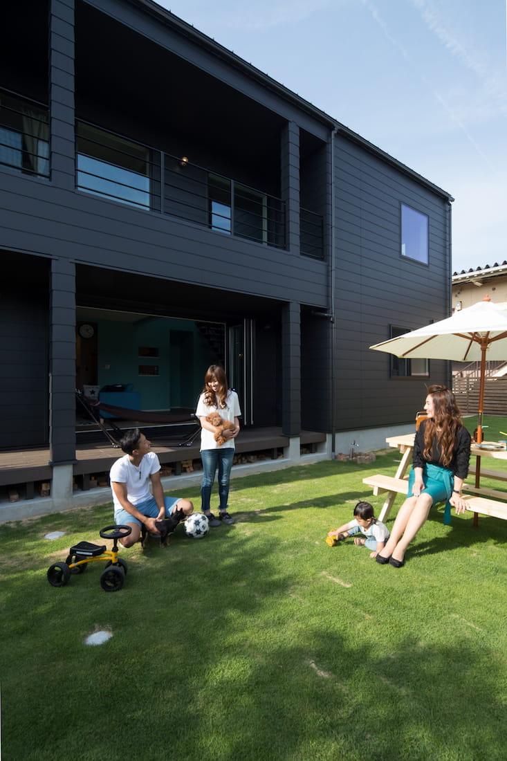 庭のフェンスやガーデンテーブルは、ご主人の手作り。芝生もご自分で敷かれたそうです