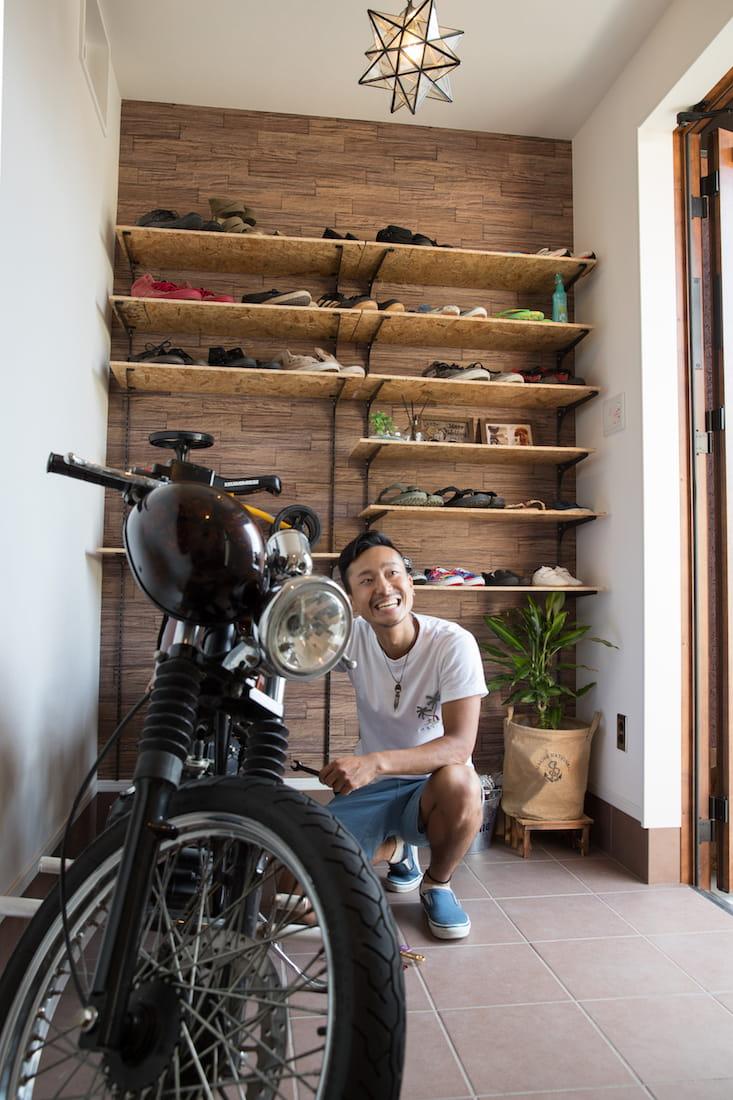 玄関内はスペースを広く取り、バイクを置ける空間に