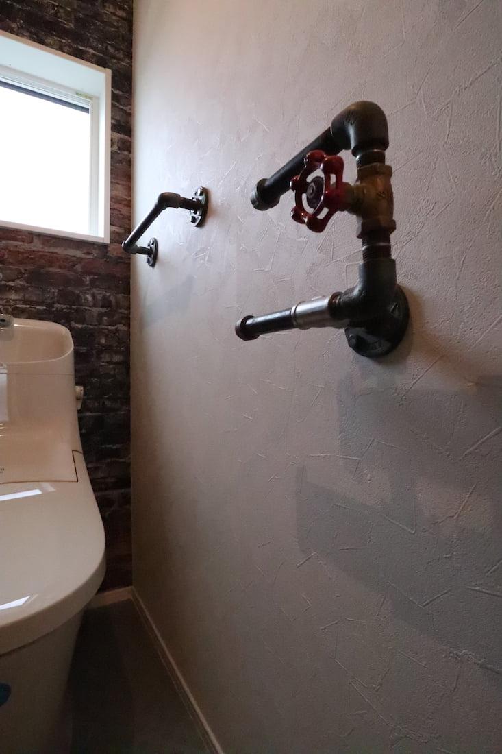トイレのペーパーホルダーやタオルハンガーは奥様が水道配管を購入し、ご主人が溶接して作ったもの