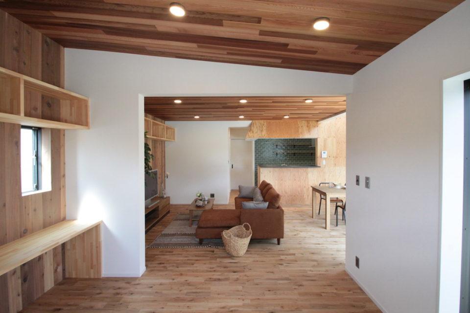 リビングに隣接したフリースペースに書斎コーナーを設けました。ここからもウッドデッキに出られます