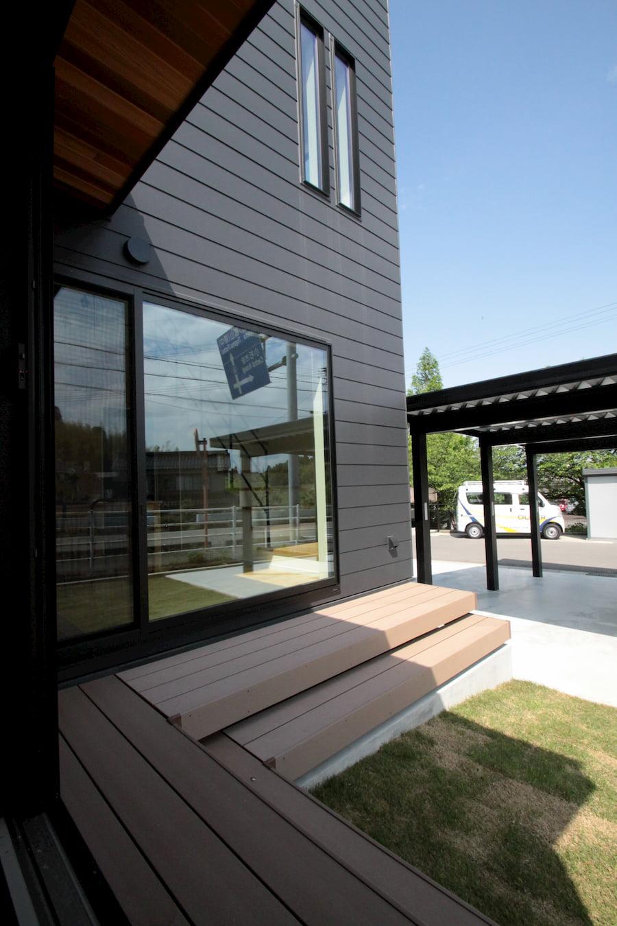 庭をL字に囲んだデッキが、室内と屋外の境界をゆるやかに繋ぎます