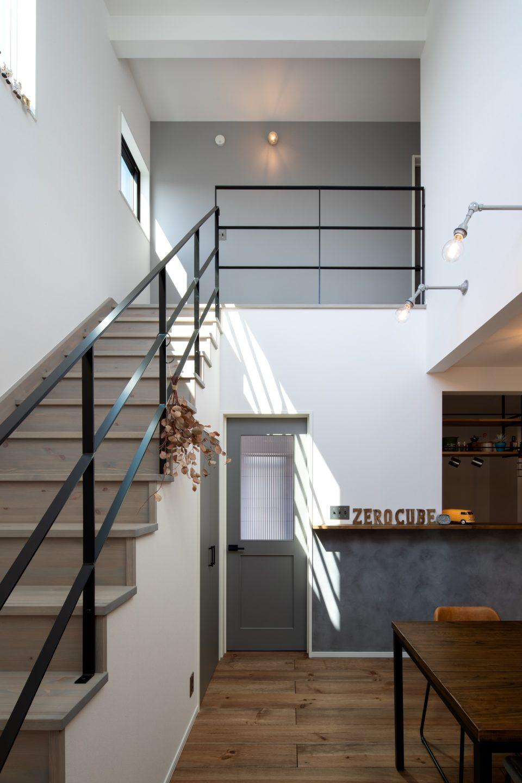 階段手摺りはスチール製で圧迫感がなく、お部屋がスッキリと見えます。
