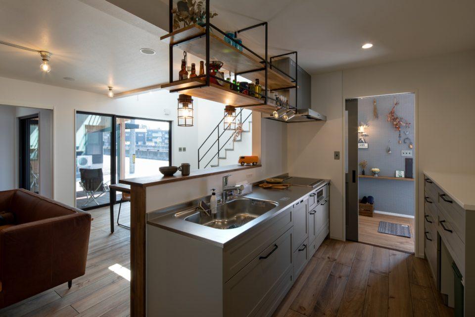 玄関ホールからキッチンまでの動線は家事目線を考慮しています。立ち位置からは全て見通せる見守りキッチンです。