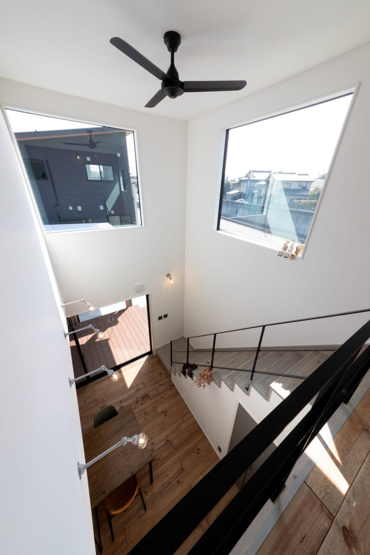 開放的な吹き抜けには大窓が2カ所あり、明るい光を存分に取り入れることができます。