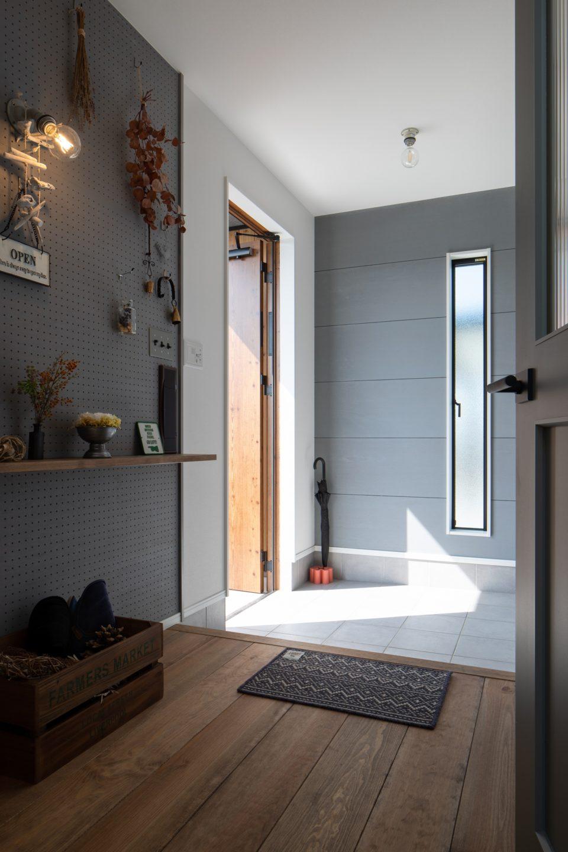 広々とした玄関ホールは開放感を演出。さらに右手には大容量のシューズクロークがありアウトドア用品も収納可能です。
