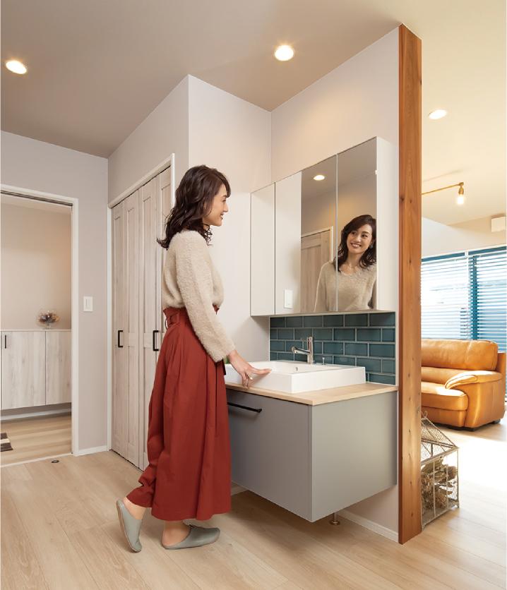 玄関からすぐの収納と洗面が便利。 脱衣室と洗面を分けることで、家族が入浴中でも洗面を利用できます