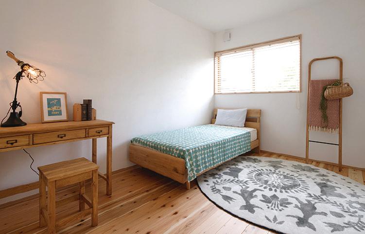 家全体が、天然木と漆喰を使った癒し空間